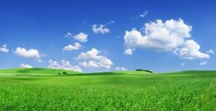 Idylliczny widok, zieleni wzg?rza i niebieskie niebo z bia?ymi chmurami, zdjęcia stock