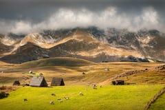 Idyllisch berglandschap voor het aanstaande onweer Royalty-vrije Stock Afbeelding