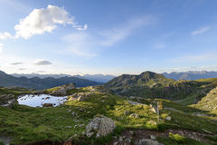 Idyllisch de zomerlandschap met duidelijk bergmeer in de Alpen Royalty-vrije Stock Afbeeldingen