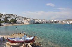 Idyllisch dorp en strand op Grieks eiland, Mykonos Royalty-vrije Stock Foto's