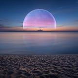 Idyllisch fantasielandschap met oceaan en planeet op horizon vector illustratie