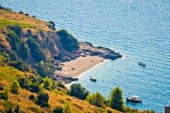 Idyllisch geheim strand op Brac-eiland stock foto's