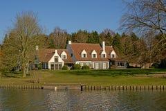 Idyllisch huis langs rivier Lys in Vlaanderen, België stock foto
