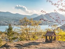 Idyllisch landschap in Japan met traditioneel houten stuk speelgoed huis en mooi meer met bergen bij de achtergrond royalty-vrije stock fotografie