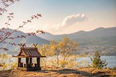 Idyllisch landschap in Japan met traditioneel houten stuk speelgoed huis en mooi meer met bergen bij de achtergrond royalty-vrije stock afbeeldingen