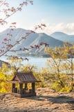 Idyllisch landschap in Japan met traditioneel houten stuk speelgoed huis en mooi meer met bergen bij de achtergrond royalty-vrije stock afbeelding