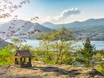 Idyllisch landschap in Japan met traditioneel houten stuk speelgoed huis en mooi meer met bergen bij de achtergrond stock fotografie