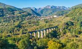 Idyllisch landschap met het dorp van Poggio en de Apuan-Alpen op de achtergrond Provincie van Luca, Toscanië, centraal Italië royalty-vrije stock foto