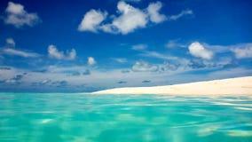 Idyllisch perfect tropisch wit zandig strand en turkoois duidelijk oceaanwater, de Maldiven stock afbeeldingen