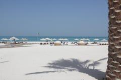 Idyllisch strand met palmen en wit zand Stock Afbeelding