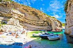 Idyllisch strand van Stinva op Vis-eiland royalty-vrije stock afbeelding