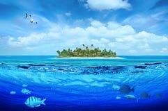 Idyllisch tropisch eiland royalty-vrije illustratie