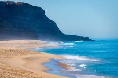 Idyllisch wild strand in zomer in Portugal stock foto's
