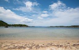 Idyllisch zand tropisch strand Stock Afbeeldingen