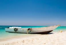 Idyllisch zeegezicht met een boot door de kust Royalty-vrije Stock Afbeeldingen