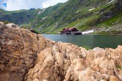Idyllische Ansicht mit cottege auf Balea Seeufer in Fagaras Mountai Stockfotos