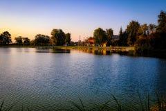Idyllische atmosfeer door het meer bij zonsondergang royalty-vrije stock afbeeldingen