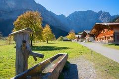 Idyllische bestemming met houten standpijp en alpiene hutten, Engalmen, karwendel vallei stock foto's