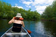 Idyllische canoeing op een zachte rivier Royalty-vrije Stock Foto