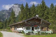 Idyllische Hütte im Bayern Lizenzfreie Stockfotos