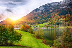 Idyllische Herbstszene im Grundlsee See stockbild
