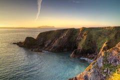 Idyllische irische Küste am Sonnenuntergang Stockfotografie