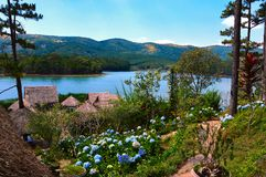 Idyllische Kabinen auf der Ufergegend von einem See in DA-Lat lizenzfreie stockfotografie
