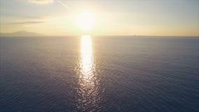 Idyllische luchthommellengte van zeegezicht tijdens zonsondergang stock videobeelden