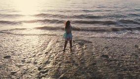 Idyllische Luftbrummenansicht der jungen durchdachten Frau, die auf dem Strand aufpasst szenische Ansicht des Meerblicks während  stock video