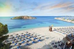 Idyllische Mediterrane strandzonsopgang Stock Afbeeldingen