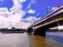 Idyllische mening van Brug over Rijn-rivier tegen zonsondergang in de stad van Bonn, Germnay Backlighting van brug tegen dageraad royalty-vrije stock foto