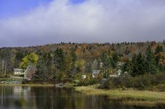 Idyllische oever van het meer die in het midden van dalingsgebladerte leven in New England royalty-vrije stock foto's