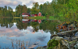 Idyllische schwedische Seelandschaft Lizenzfreie Stockfotografie