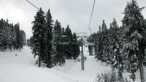 Idyllische skihelling en kabelbaan met mensen het ski?en stock videobeelden