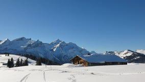 Idyllische Winterlandschaft nahe Gstaad, die Schweiz Schnee bedeckt Stockfotografie