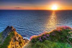 Idyllische zonsondergang op Ierse Klippen van Moher Stock Foto