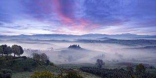 Idyllische zonsopgang in Toscaanse vallei stock fotografie