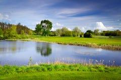Idyllischer Golfplatz in dem Teich Stockbild