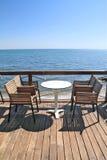 Idyllischer Kaffee durch das Meer lizenzfreie stockbilder