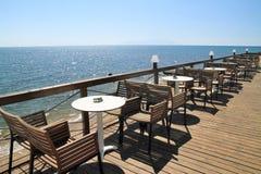 Idyllischer Kaffee durch das Meer stockbild