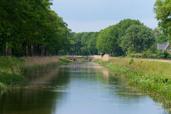 Idyllischer Kanal in den Niederlanden Stockfotos
