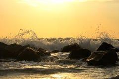 Idyllischer Sonnenaufgang auf dem Seestrand Lizenzfreie Stockfotografie