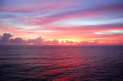 Idyllischer Sonnenunterganghimmel Stockbild