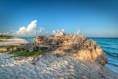 Idyllischer Strand von karibischem Meer am Sonnenuntergang Stockbilder
