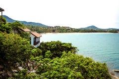Idyllischer Szenen-Strand an Insel und an Landhäusern Samui an Stockfotografie