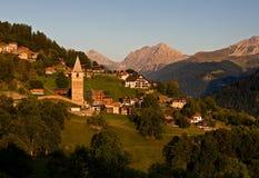Idyllisches alpines Dorf in der Schweiz Lizenzfreie Stockfotos
