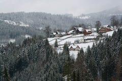 Idyllisches alpines Dorf in der Schweiz Stockfotos