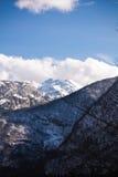 Idyllisches schneebedecktes Berg-vogel in den julianischen Alpen im blauen Himmel mit Wolken, Slowenien Lizenzfreies Stockfoto