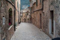 Idyllisches Straßenbild in Valldemossa stockfotografie
