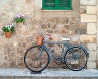 Idyllisches Straßenbild in Valldemossa lizenzfreie stockfotografie